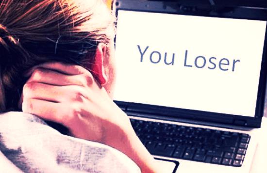 Triangulatie van de narcist in sociale media om jou te vernietigen